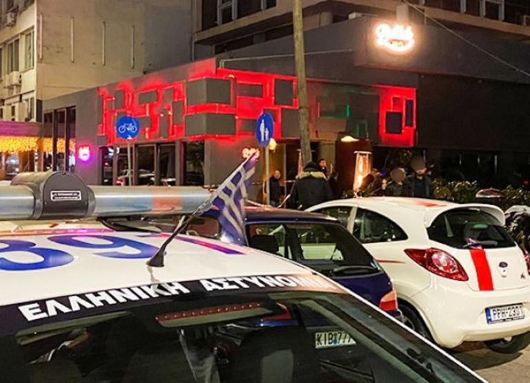 """Θεσσαλονίκη: """"Γάζωσαν"""" τον πορτιέρη σε κατάμεστο μπαρ! Τρόμος μετά τη μαφιόζικη επίθεση (Βίντεο)"""