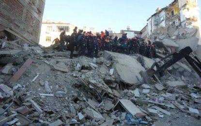 Σεισμός στην Τουρκία: Αυξάνονται συνεχώς οι νεκροί (Εικόνες&Βίντεο)