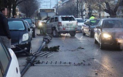 Γιάννενα: Αυτοκίνητο συγκρούστηκε μετωπικά με λεωφορείο! Ξήλωσε κολώνα φωτισμού και μπήκε στο αντίθετο ρεύμα