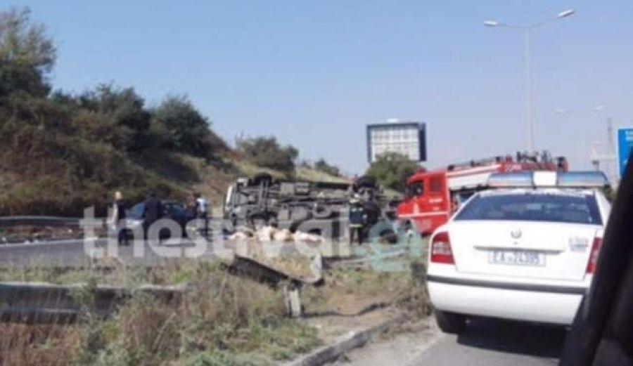 Εκτροπή οχήματος στον Περιφερειακό της Θεσσαλονίκης – Μία τραυματίας