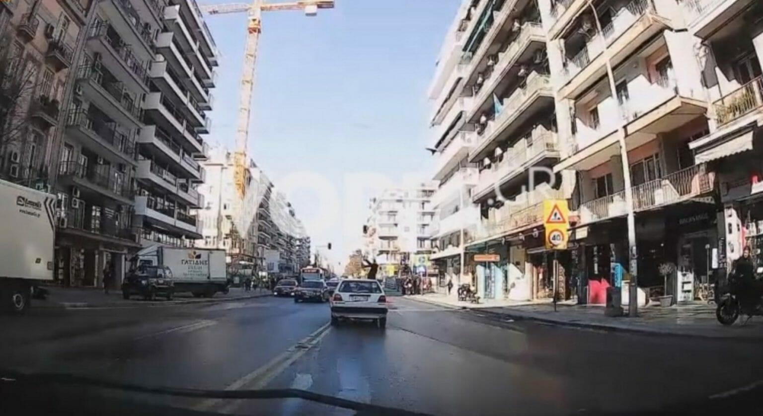 """Βίντεο σοκ από τροχαίο στη Θεσσαλονίκη: Αυτοκίνητο """"εκτοξεύει"""" γυναίκα στον αέρα"""