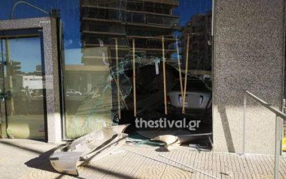 Θεσσαλονίκη: ΙΧ κατέληξε σε τζαμαρία καταστήματος μετά από τροχαίο (Εικόνες)