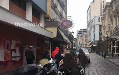 Ουρές για… μπακαλιαράκια στη Θεσσαλονίκη! (Εικόνες)