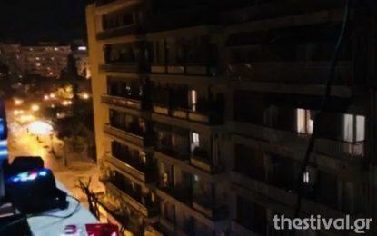 Θεσσαλονίκη: Βγήκε στο μπαλκόνι του και έπαιξε μουσική για τους γείτονες (VIDEO)