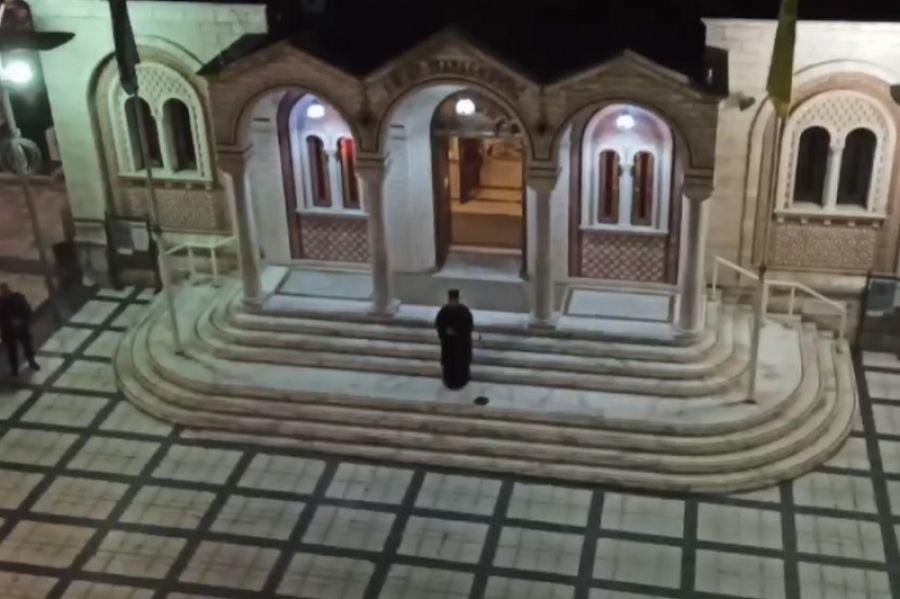 Θεσσαλονίκη: Έψαλλε το «Τη Υπερμάχω» στο προαύλιο του Ναού και οι πιστοί συμμετείχαν από τα μπαλκόνια (Βίντεο))