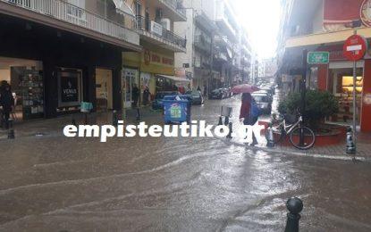 Σέρρες – ΤΩΡΑ: Ποτάμια οι δρόμοι – Πλημμύρισαν καταστήματα στην οδό  29ης Ιουνίου