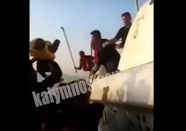 Βίντεο ντοκουμέντο: Τούρκοι λιμενικοί χτυπούν ανελέητα πρόσφυγες που επιβαίνουν σε βάρκα
