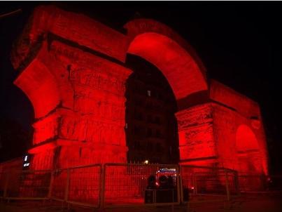 Θεσσαλονίκη: Η αψίδα του Γαλερίου φωταγωγήθηκε στο χρώμα των Παθών (Eικόνες)