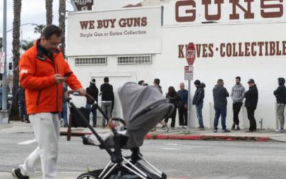 Κορωνοϊός: Αμερικανοί αγόρασαν 2.400.000 όπλα σε ένα μήνα και «ταμπουρώνονται» στα σπίτια τους