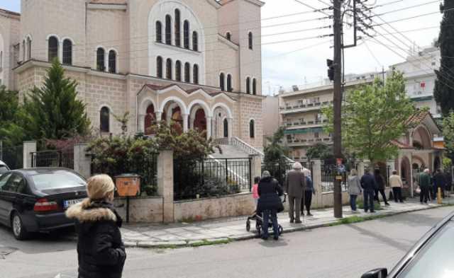 Θεσσαλονίκη: «Αντάρτικο» πιστών ενώ ο κορονοϊός παραμονεύει – Απίστευτες εικόνες σε εκκλησίες