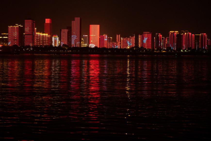 Κορωνοϊός: H Γουχάν γιορτάζει το τέλος του lockdown – Φωταγωγήθηκε όλη η πόλη και κόσμος βγήκε στους δρόμους