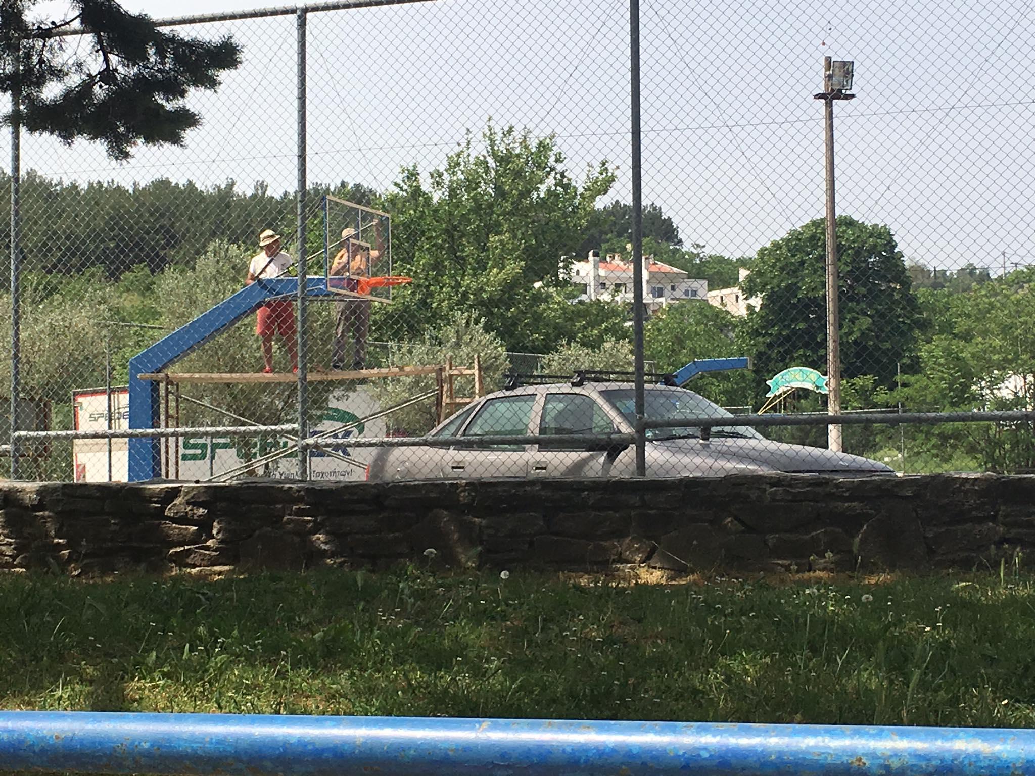 Σέρρες: Τοποθετούνται μπασκέτες στα ανοιχτά γήπεδα της Κοιλάδας (Εικόνες)