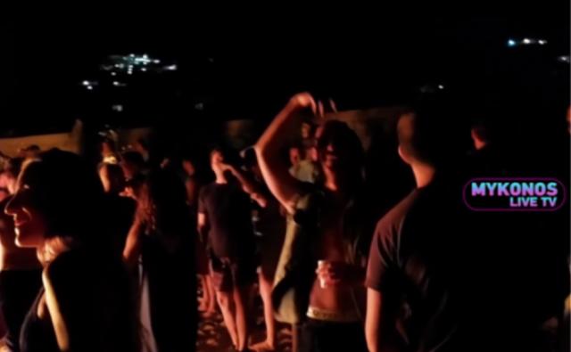 Βίντεο- Μύκονος: «Αντί-κορώνα» πάρτυ σε παραλία με φωτιές, ποτά και μουσική