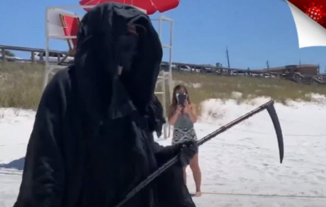 Κορονοϊός: Δικηγόρος ντυμένος χάρος σε παραλίες της Καλιφόρνια για να αποτρέψει τον κόσμο να πάει(Βίντεο)