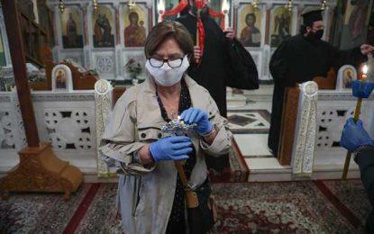 Άνοιξαν οι εκκλησίες! Με μάσκες οι πιστοί για ατομική προσευχή (Εικόνες)