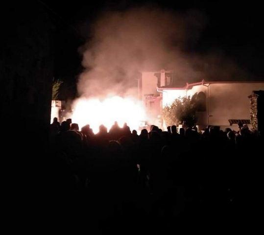 Ένταση και επεισόδια στην Πέλλα: Έβαλαν φωτιά σε ξενοδοχείο που θα φιλοξενούσε πρόσφυγες(Εικόνες)