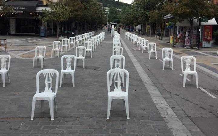 """Empty Chairs"": Bουβή διαμαρτυρία με άδειες καρέκλες στις Σέρρες (Εικόνες)"