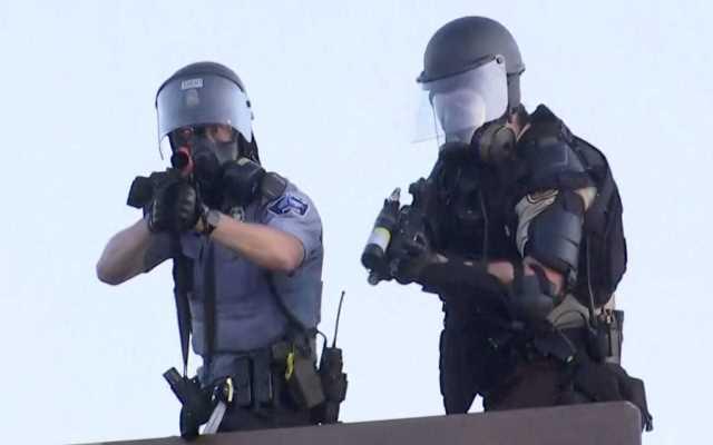 Εικόνες σοκ από τη Μινεάπολη: Αστυνομικός σημαδεύει το πλήθος – Τραυματίστηκαν από πλαστικές σφαίρες μέλη του Reuters