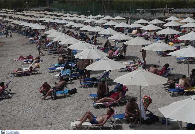 """Καύσωνας και… χαμός στις παραλίες: Ξαπλώστρες με αποστάσεις αλλά και """"παραφωνίες""""(Εικόνες)"""