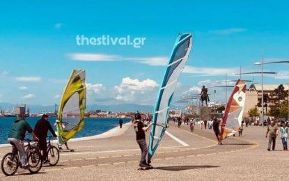 Θεσσαλονίκη: Windsurfers βγήκαν στη στεριά λόγω κορωνοϊού! (Βίντεο)