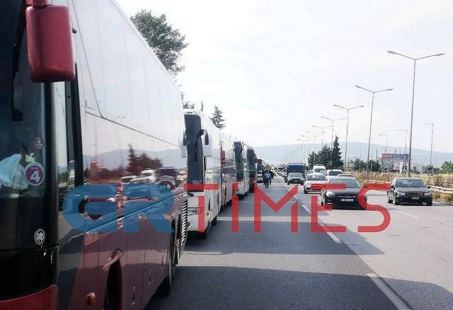 Θεσσαλονίκη: Εντυπωσιακή πορεία με κομβόι λεωφορείων(Βίντεο)