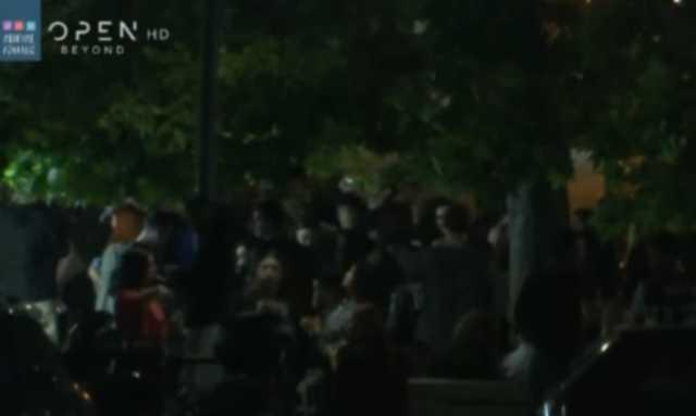 """Παγκράτι: Νέο """"πάρτι"""" στην πλατεία Βαρνάβα παρουσία αστυνομικών – Πλήθος κόσμου με take away ποτά(Βίντεο)"""