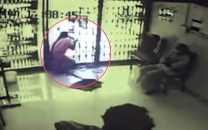 Σοκαριστικό βίντεο: Έπεσε πάνω σε πόρτα από τζάμι και ξεψύχησε από αιμορραγία