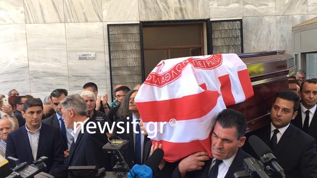 """Νίκος Αλέφαντος: """"Αθάνατος"""" και χειροκροτήματα στην κηδεία του(Εικόνες&Βίντεο)"""