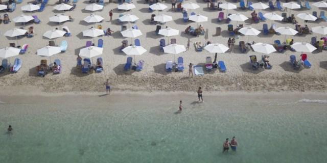 Κορωνοϊός: Νέα ΚΥΑ για τις παραλίες -Επιστρέφουν καφές και τραπεζάκια, όλα τα πρόστιμα