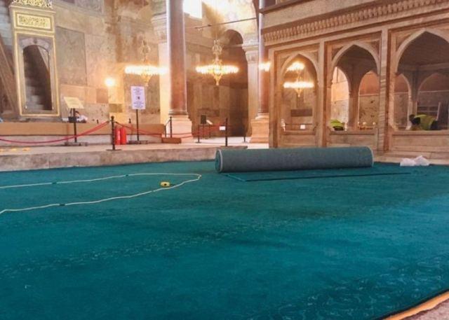 Έστρωσαν τιρκουάζ χαλιά στην Αγία Σοφία – Ενόψει της προσευχής στις 24 Ιουλίου(Εικόνα)