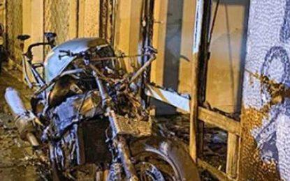 Θεσσαλονίκη: Έβαλαν φωτιά σε μηχανή και προκάλεσαν ζημιές σε αυτοκίνητα και είσοδο γραφείου (Βίντεο)