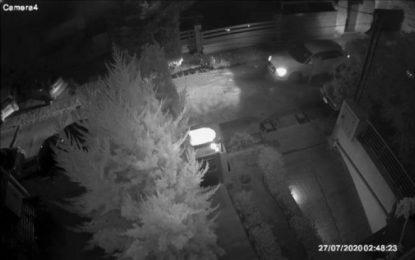 Καρέ – καρέ η δολοφονική επίθεση στον Στέφανο Χίο – Η στιγμή που ο ένοπλος σκύβει στο αυτοκίνητό του για να πυροβολήσει(Εικόνες)