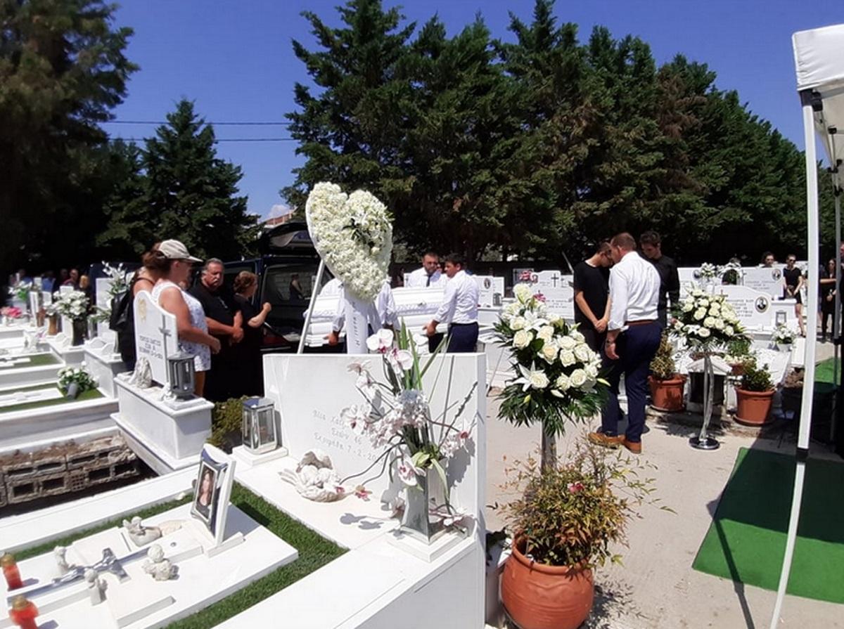 Tρίκαλα: Ράγισαν καρδιές στην κηδεία της 19χρονης Μάρθας