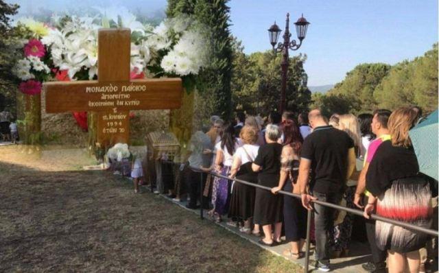 Πλήθος κόσμου στον τάφο του Αγίου Παϊσίου στη Σουρωτή Θεσσαλονίκης