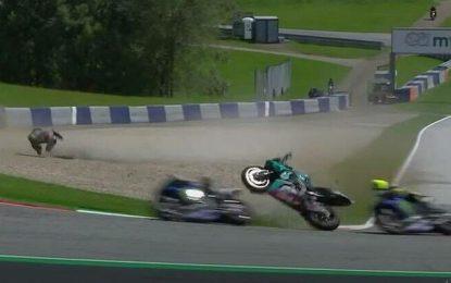 Σοκαριστικό ατύχημα στο Moto GP – Μοτοσυκλέτα μετά από σύγκρουση πέρασε ξυστά από το κεφάλι του Ρόσι