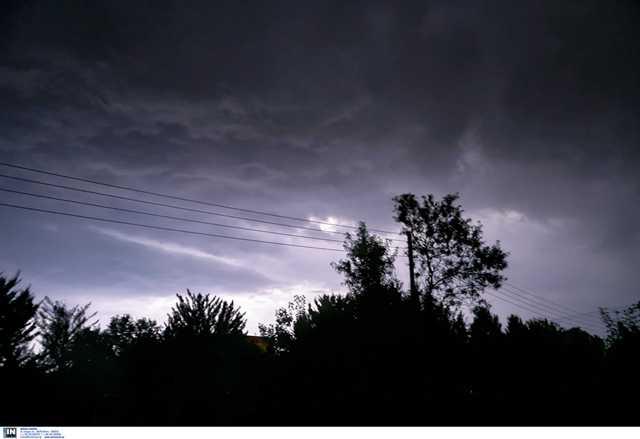 """Καιρός: Σφυροκοπά τη χώρα η """"Θάλεια""""! Καταιγίδες, χαλάζι και δυνατοί άνεμοι"""