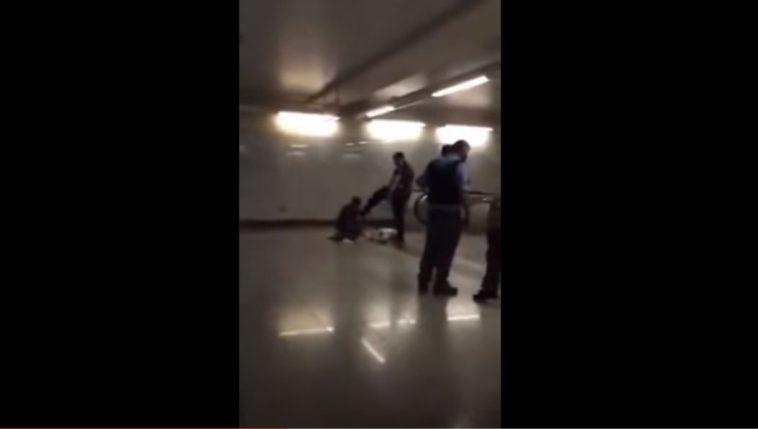 Σοκαριστικές εικόνες: Αστυνομικός κλωτσά άνδρα με πατερίτσες στο μετρό της Ομόνοιας (Βίντεο)