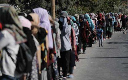 Αναταραχή στη Λέσβο και διαδήλωση μεταναστών! – Προσπαθούν να τους πείσουν να φύγουν από το δρόμο