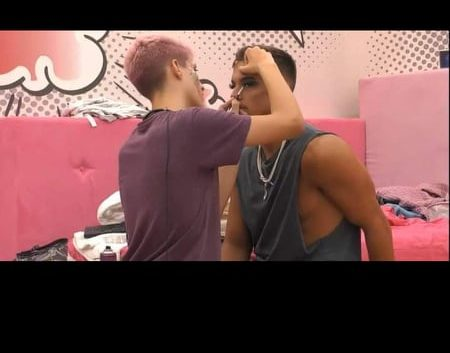 Big Brother: Ο Θέμης βάζει βλεφαρίδες και βάφει τον έναν δίδυμο