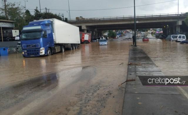 Ηράκλειο: Η στεριά έγινε θάλασσα! Απίστευτες εικόνες με εγκλωβισμένους οδηγούς σε πλημμυρισμένους δρόμους(Βίντεο)