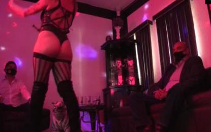 Εξωτικές χορεύτριες στο Μεξικό προσφέρουν σέξι σόου σε σπίτια με…απολυμαντικά και μάσκα – Δείτε βίντεο!