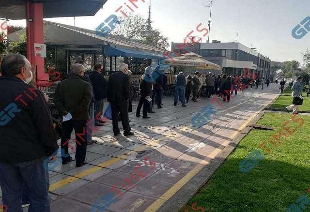 Θεσσαλονίκη: Αδύνατον να χωρέσουν σε μια φωτογραφία! Ουρά που προβληματίζει έξω από την ΕΥΑΘ(Εικόνες)