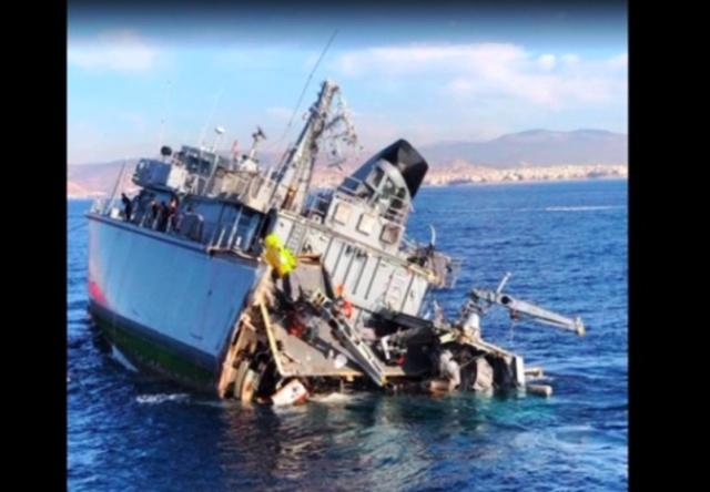 Συγκλονιστικές εικόνες από το πλοίο του Πολεμικού Ναυτικού που συγκρούστηκε με εμπορικό – Δυο τραυματίες(Βίντεο)
