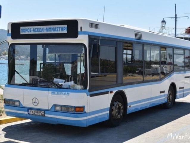 Πόρος: Τουρίστες πήραν λεωφορείο και έκαναν βόλτες μέσα σε αυτό χορεύοντας γυμνοί!