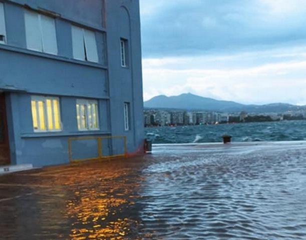 Θεσσαλονίκη: Απίστευτη εικόνα στη Λεωφόρο Νίκης με τη στεριά να γίνεται θάλασσα (Εικόνα)