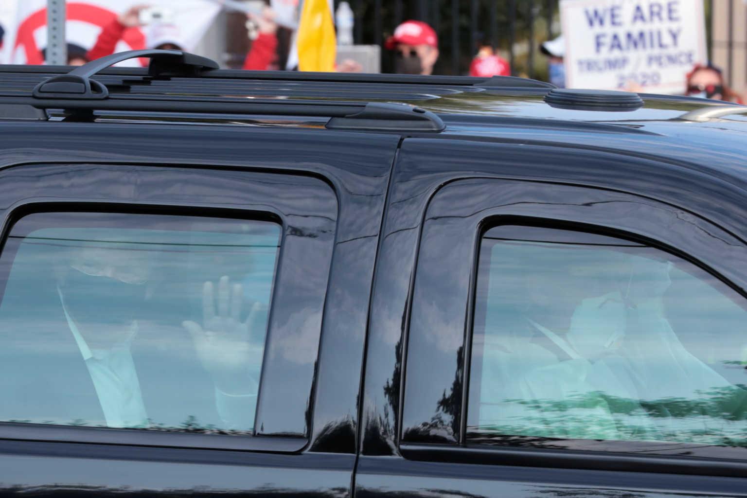 """Θέατρο Τραμπ μέσα κι έξω από το νοσοκομείο – Η """"βόλτα"""" που προκάλεσε οργή"""