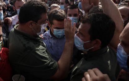 Προπυλακίστηκε ο Τσίπρας: Του πέταξαν μπουκαλάκια με νερό και καφέδες (Εικόνες)