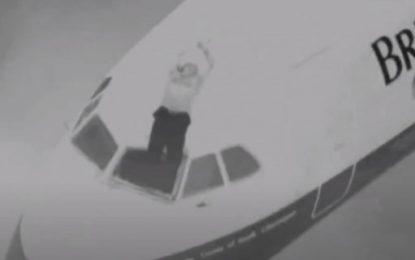 Απίστευτο: Εσπασε το τζάμι του πιλοτηρίου και «ρούφηξε» τον πιλότο -Κρεμόταν στο κενό, τον έσωσε αεροσυνοδός αρπάζοντάς τον απ' τα πόδια