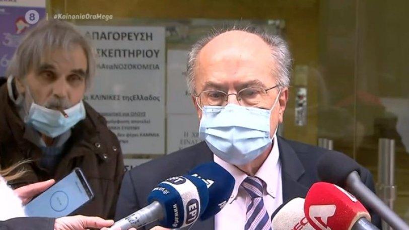 Θεριακλής άναψε τσιγάρο έξω από κλινική και άρχισε να φουμάρει την ώρα γίνονταν δηλώσεις στις κάμερες(Βίντεο)