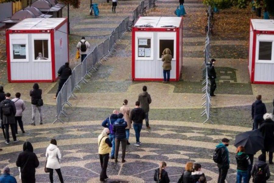 Το πείραμα της Σλοβακίας που αποφεύγει το αυστηρό lockdown και ρίχνει τα κρούσματα